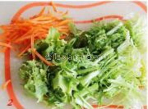 苦菊洗净切段、胡萝卜切丝后热水烫一下备用。