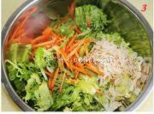 把苦菊、胡萝卜、虾皮加入盐、味精、红油、香油、酱油、醋。