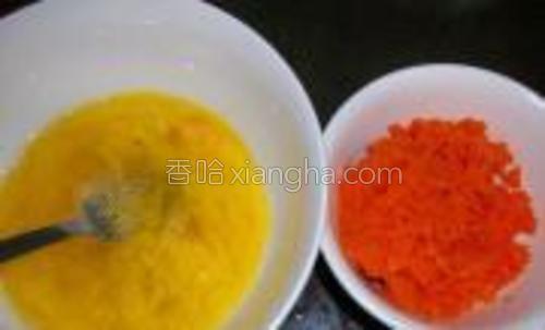 先把鸡蛋打散加适量鸡精粉搅匀,把萝卜洗干净切成末。