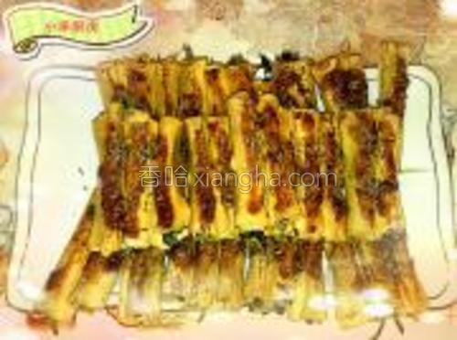 煎好的豆腐卷盛盘后把调好的酱料沫在上面,最后撒点孜然就可以了。