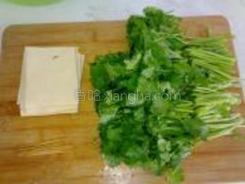 干豆腐切方块,香菜切段。