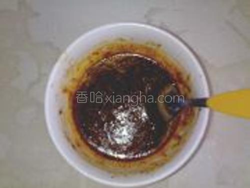 芝麻捣碎后装入小碗里,放入蒜蓉酱和味精,辣椒油,家少许水调匀。