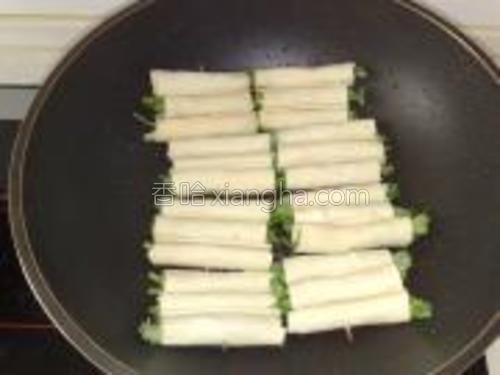 放入干豆腐卷中小火煎。