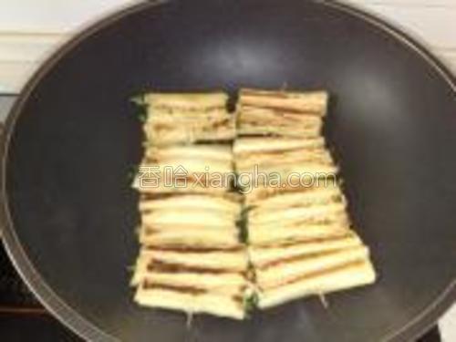 煎至两面金黄,把菜里的水分煎干最好。