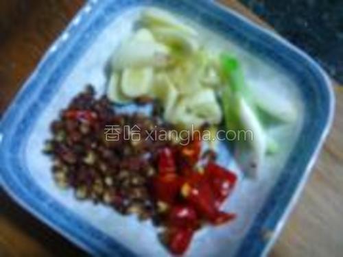 蒜切片,葱切段,干辣椒切段,花椒洗净备用。