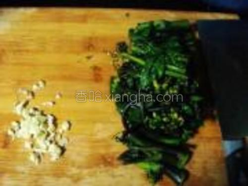 蒜切成末,油菜切段。