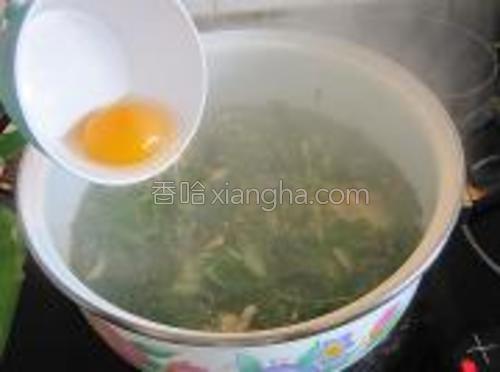 打入一只鸡蛋,搅拌均匀。