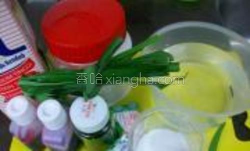 原料:燕菜精-2茶匙、糖-50克、清水-450毫升、椰浆-50毫升牛奶-1汤匙、香兰叶-数片(没有可以不放)食用色素
