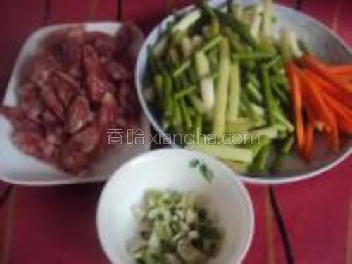 腊肠切片,蒜苔切段,胡萝卜切丝,葱切沫。