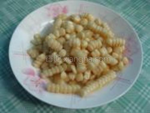 玉米一穗,剥下玉米粒。