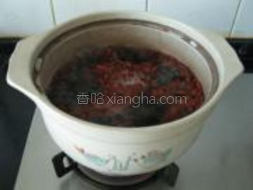 大火烧开,先煮红豆,等到红豆全飘上来,改成小火。