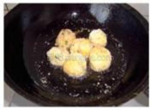 放入7成热的油锅中,炸至金黄。