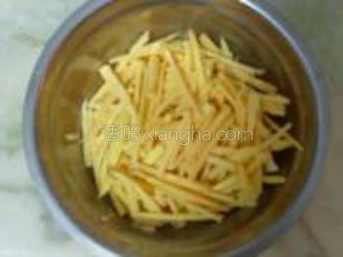 把番薯洗净,再把它切成小条小条。