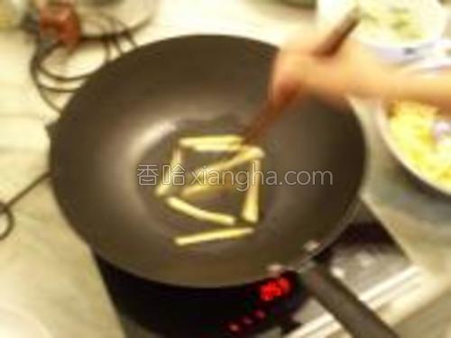 放油,倒入切好的番薯条放下去慢慢炸。