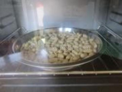放进烤箱直接150度烤15分钟,不用预热。