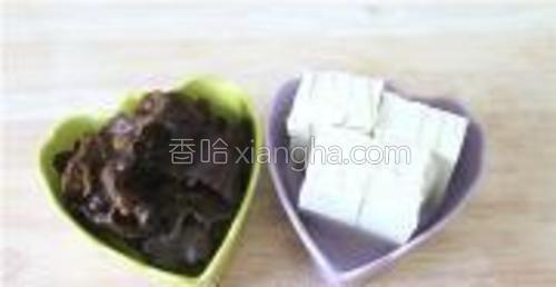 木耳洗净撕成大片,豆腐切片,厚8毫米左右。