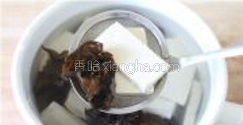 豆腐,木耳放入热水里焯熟,然后放入凉水里。
