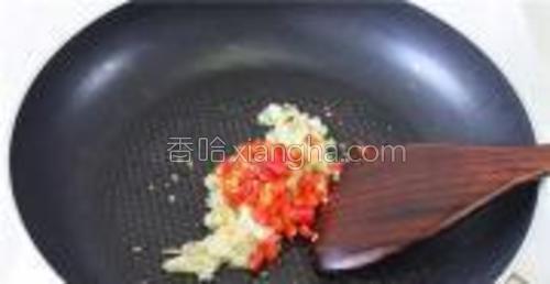 倒入小米椒段炒香。