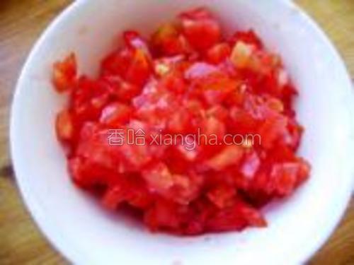 将西红柿清洗干净,去蒂,切成小粒,装入碗中待用。