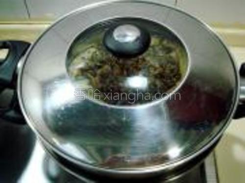把浇好汁料的茄子放入笼中蒸30分钟,蒸好后取出。