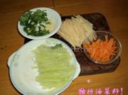 将莴笋、土豆和泡胡萝卜切细丝,香菜、葱和蒜均切成末。