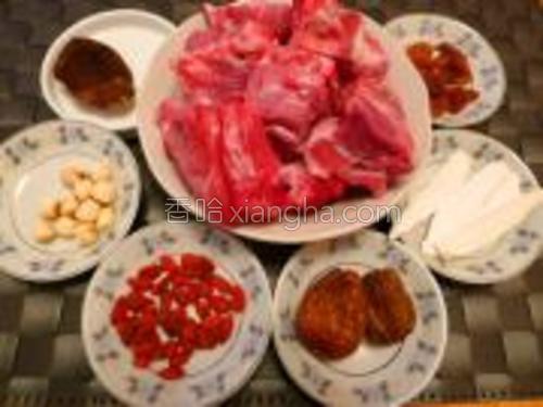 准备好材料:猪骨淮山枸杞蜜枣莲子桂圆陈皮(药材要洗一下)