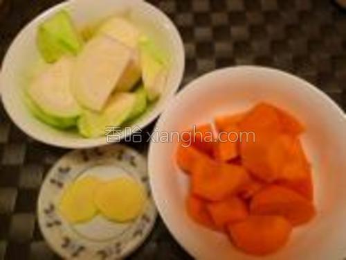 把节瓜、红萝卜洗净削皮切滚刀块;姜切片;