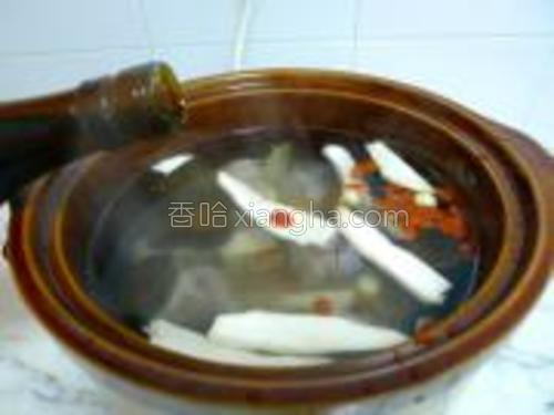 加水适量(预留放节瓜、红萝卜的位置),再放入洗净的所有药材料,加入料酒适量。