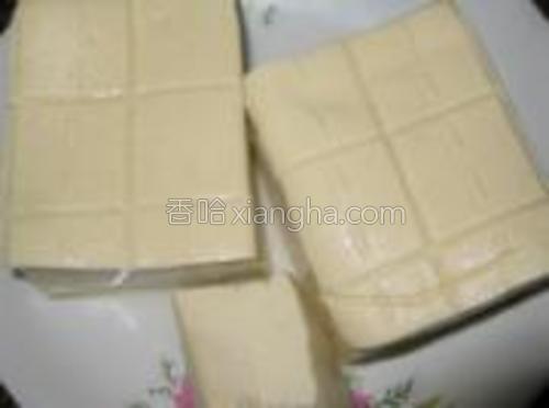 买来的豆腐洗净沥干水分备用。