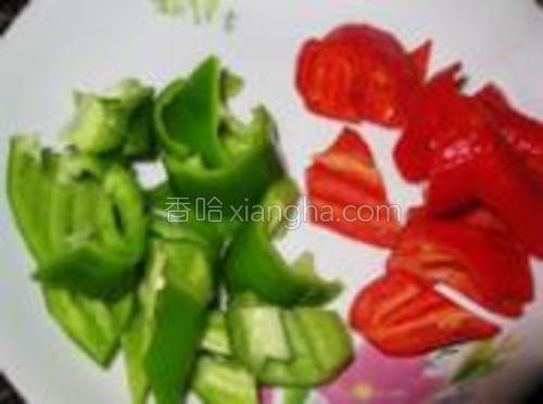 青红椒切片备用。