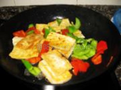 加入煎好的豆腐,加少量水适量酱油煮至入味。