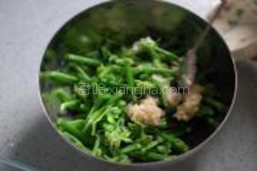 蒜、蔥頭弄成末,加入鹽、糖一起爆香,再拌入龍鬚菜