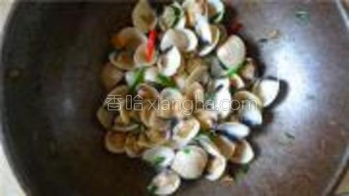 翻炒5分钟蛤蜊打开,放生抽、辣椒、盐出锅啦。
