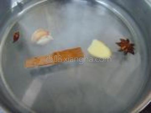 锅中加足量清水,加八角、桂皮、蒜瓣、盐大火烧开。