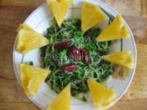 盘子周围放上菠萝,中间点缀枣片。