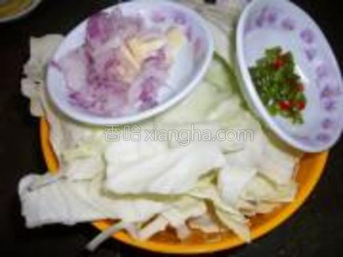 把包菜一片一片撕开,洗干净,蒜葱和指天椒切好。