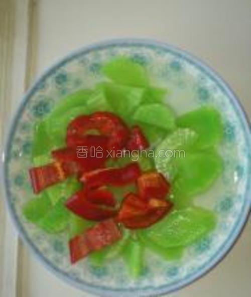 配少量红椒使其颜色更加鲜艳,相得益彰。