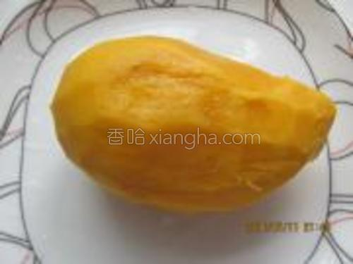 把芒果去皮。