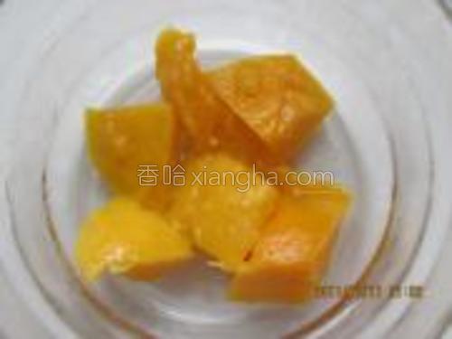 把芒果丁放入碗低。