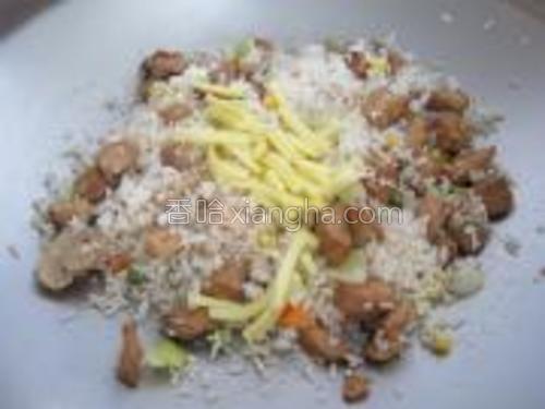 3种材料拌炒均匀后放下起士条继续炒至起士条溶化即可。
