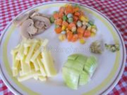 磨菇切片,洋葱切小粒状,起士切小条,蒜和姜剁成茸。