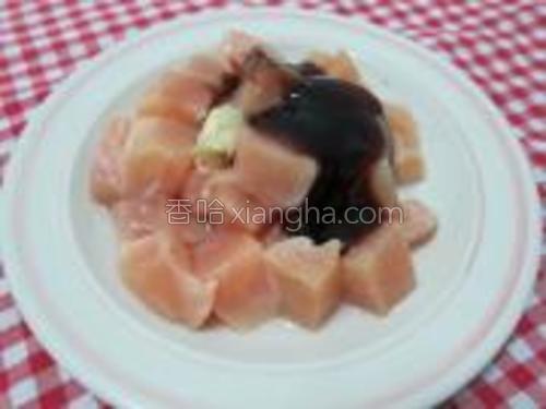 鸡肉加蚝油1汤匙,生抽1汤匙,糖少许,蒜末少许拌匀。