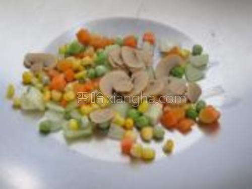 续放下杂豆,磨菇片略炒装盘盛出。