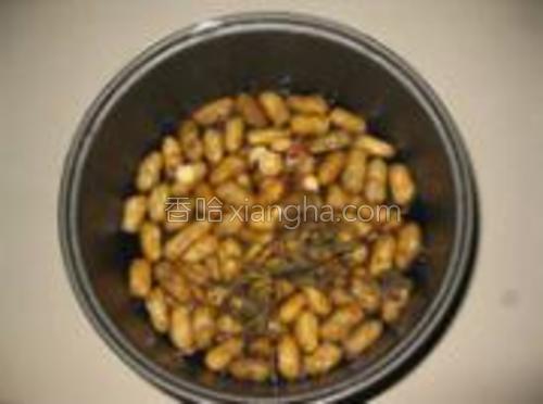 薄荷和甘草用水冲洗一下一起放入锅内。