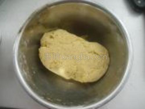 用化开的糖水倒入面粉的容器内,搅拌均匀,揉成面团。