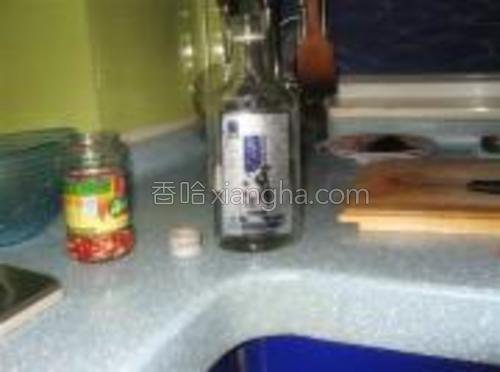 最上面浇上一瓶盖高度白酒,封瓶,放入冰箱保存,大约一个星期左右就可以食用。