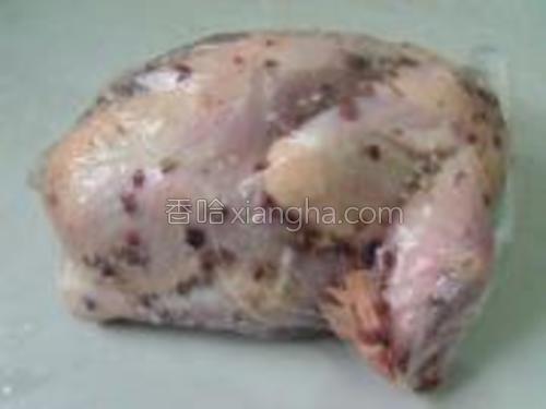 揉搓好的鸡放入保鲜袋,扎好,放冰箱冷藏两个小时以上,但是不要超过六个小时。