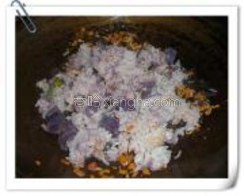 倒入紫薯饭。