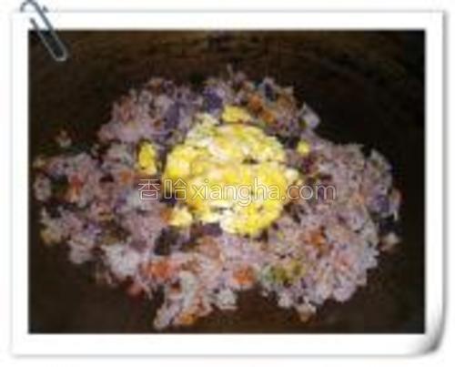 将米饭和菜翻炒均匀后倒上炒好的鸡蛋。