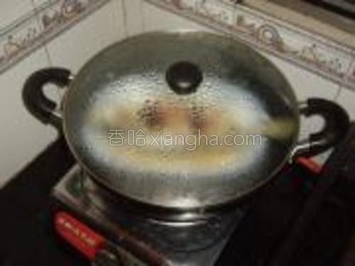 锅里放水烧开,再把鱼放进去盖好蒸8分钟。